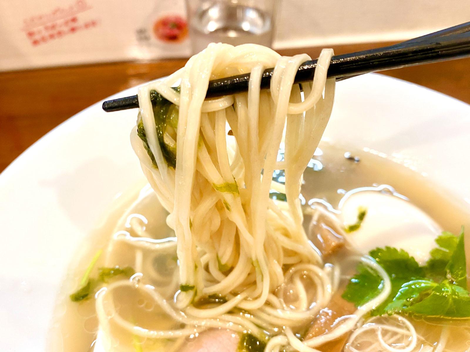 貝の塩らぁ麺 並 800円(麺リフト