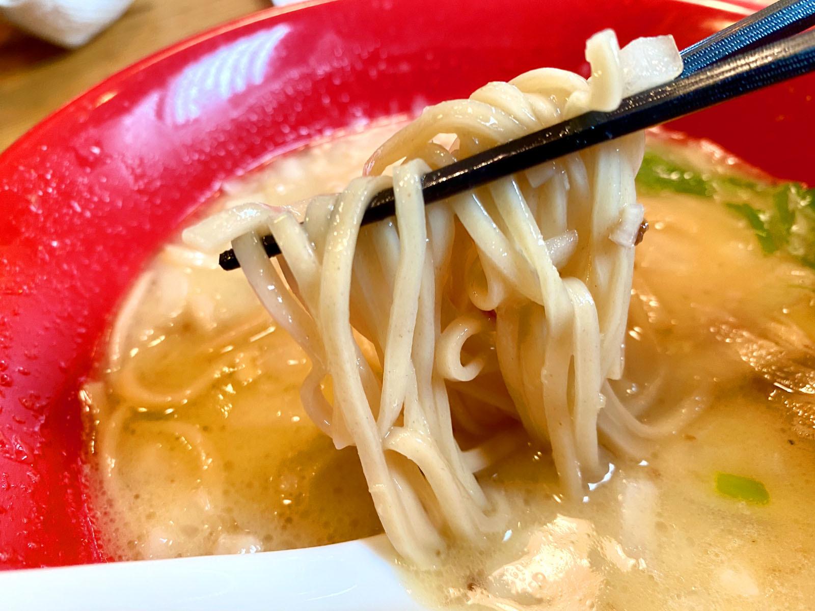 鶏白湯らー麺 750円(税抜)麺リフト