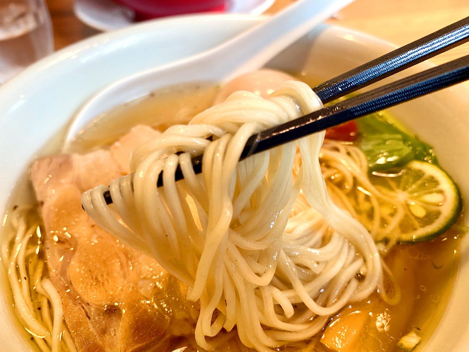 塩味玉らー麺 790円(税抜)麺リフト