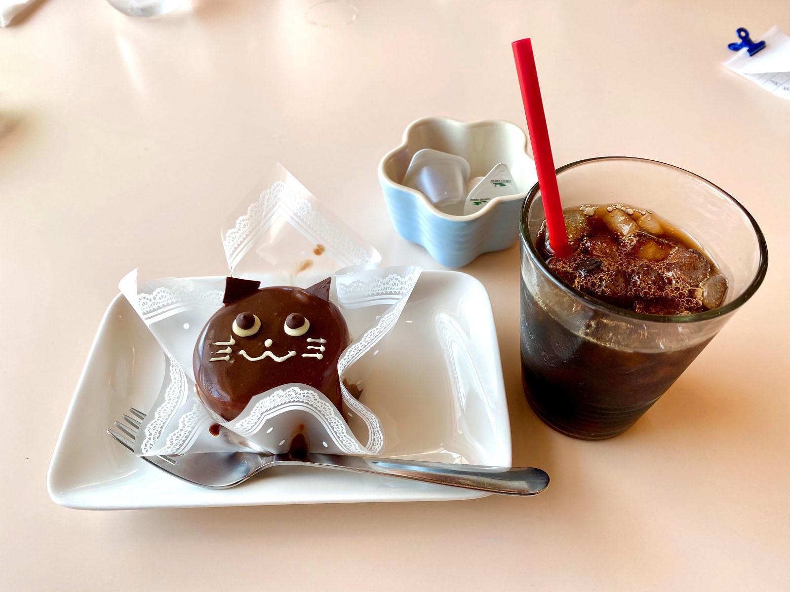 アイスコーヒー、黒猫のチョコムース 380円