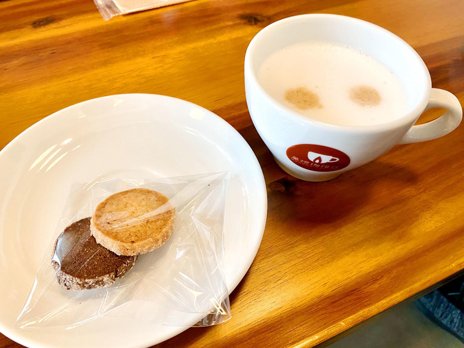 カフェラテとお茶菓子