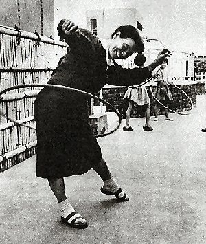 003a 300 Hula_hooping_in_Japan_circa_1958