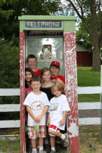 03b 500 happy kids in Public_telephone