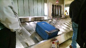 04b 300 waiting for bags on belt conveyer