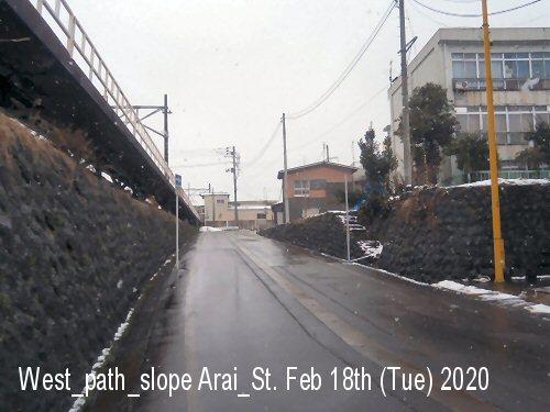 01h 500 200218 新井駅西通路坂