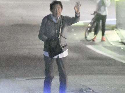 石田純一(66)、コロナ闘病からの快気祝いで夜の街へ … マスク無しで酩酊し千鳥足で歩く姿が撮影される(画像)