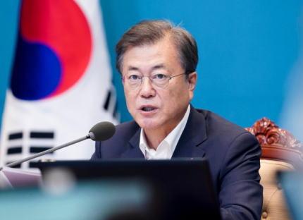 韓国の文在寅大統領、日本の輸出管理から一年経過し、「我々は日本と他の道行く」と述べる … 、「韓国は危機をむしろチャンスと捉えて世界のサプライチェーン安定に寄与し、『グローバル先端素材・装備強国』に飛躍していく」