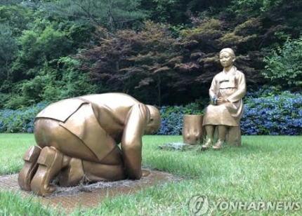 菅官房長官「韓国の少女像に土下座する安倍首相の銅像、国際儀礼上許されない」→ 銅像建設者「あれは実は安倍首相ではない。像には政治的意図は全く無く、問題になる事も望まない。日本は独島の主張や貿易問題を起こすな」