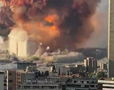 レバノンの首都ベイルートで大きな爆発(動画) … ベランダやビル内から爆発をスマホ撮影中に二度目の巨大爆発、無茶苦茶に吹っ飛ぶ