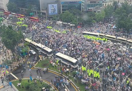韓国のソウルで2万人規模の大統領退陣デモ(画像) … マスク未着用の参加者達が狭い間隔で「文在寅やめろ」と集会