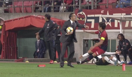 Urawa coach Otsuki sent off for pushing Nagaki
