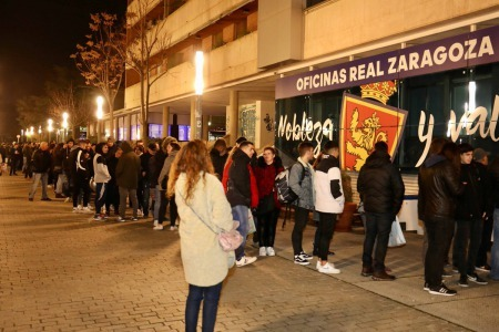 Real Zaragoza fans queue for hours
