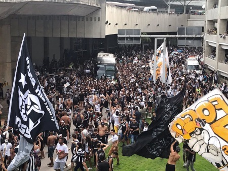 everyone was there to welcome Honda on the bus botafogo