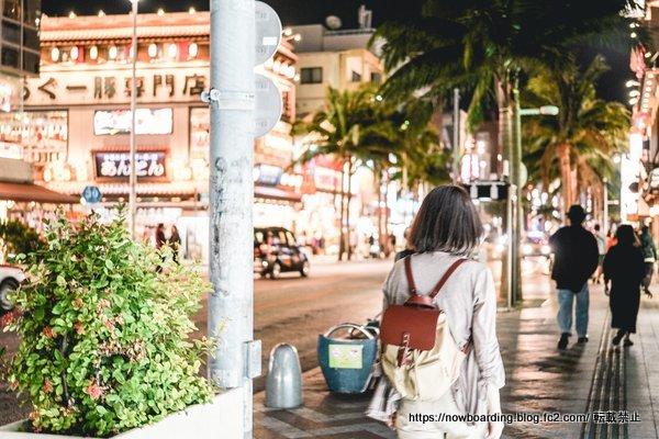 11月の沖縄旅行の女性の服装