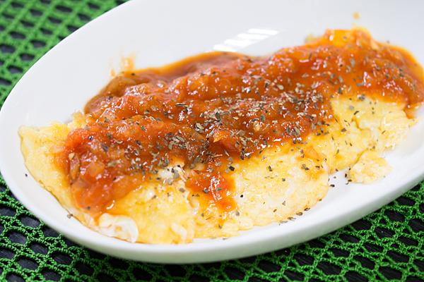 オムレツとトマトソース
