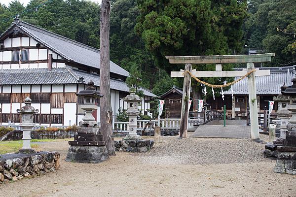 村国神社二の鳥居と村国座裏から