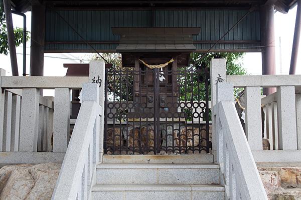 那加縣神社の社前