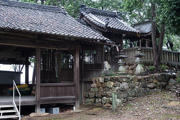 村上神社拝殿と本社横から