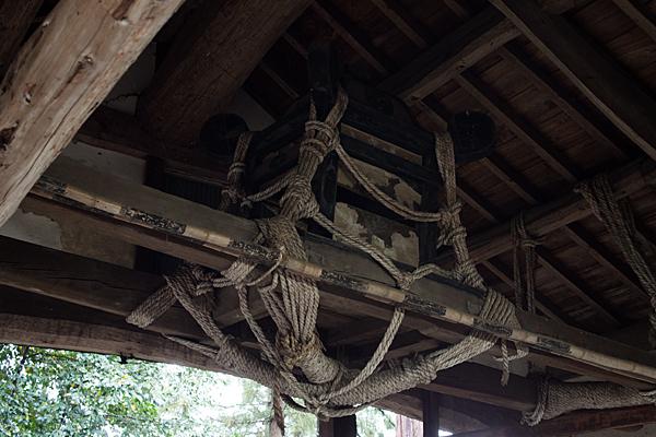 村上神社拝殿上の御輿