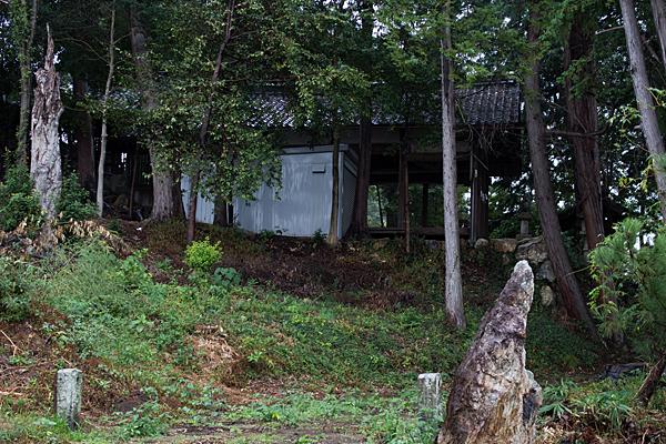 村上神社拝殿横から