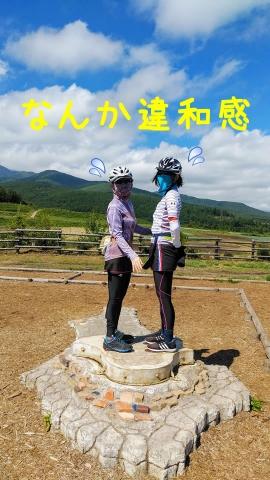 愛妻の丘の記念撮影の場所は向かい合うように足形があり…女性同士は違和感ありあり(笑)