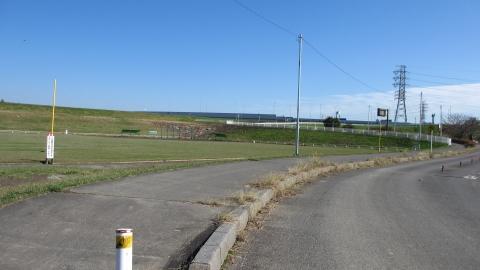 彩湖の外側の道は通れます(違法ではなく普通に通れる)。