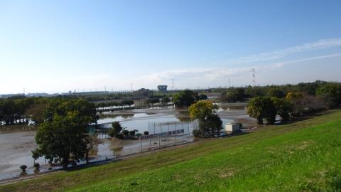 彩湖の大学のグラウンドもまだ水浸し…