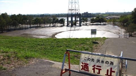 彩湖のカマキリ公園の所、水は引いてるけどまだぐちゃぐちゃ(進入禁止)