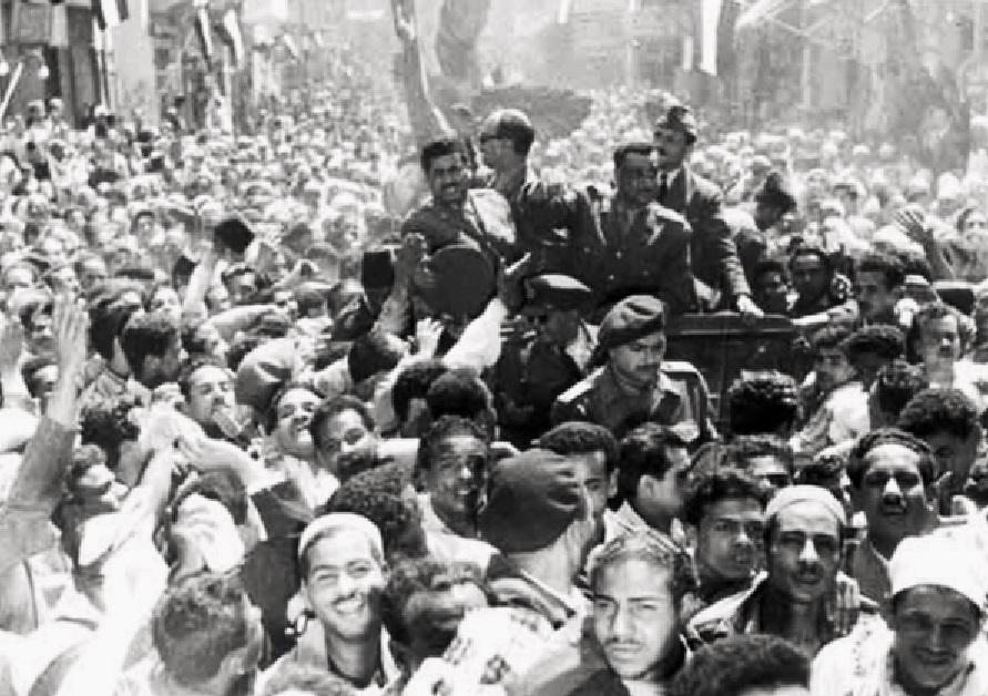 カイロで群衆に歓迎される自由将校団メンバー(1953年1月)