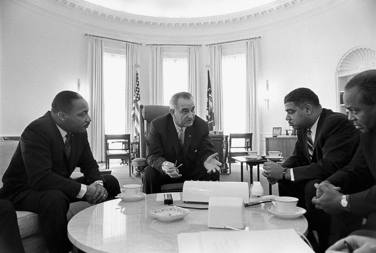 大統領執務室でキング牧師らと協議するジョンソン(1964年)