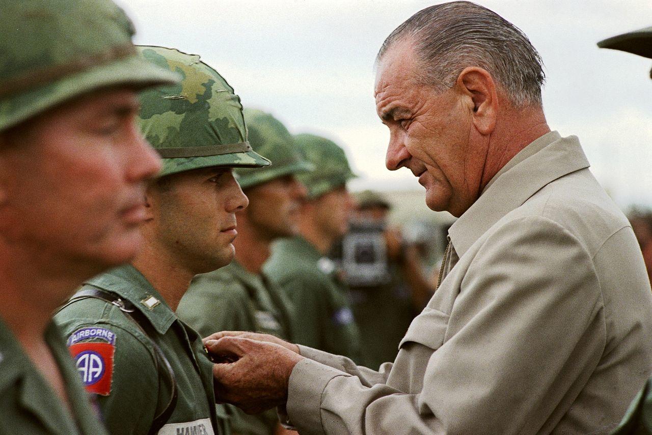 ベトナムの米軍兵士に勲章を授けるジョンソン(1966年)