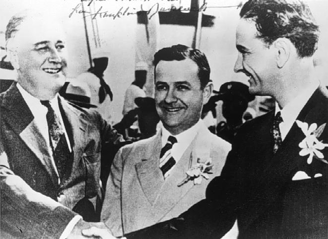 テキサス州第10下院議員選挙区の補選に出馬したジョンソン(右)の支援に訪れたフランクリン・ルーズベルト(左)
