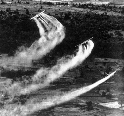 ベトナム戦争時のランチハンド作戦による枯葉剤散布の様子