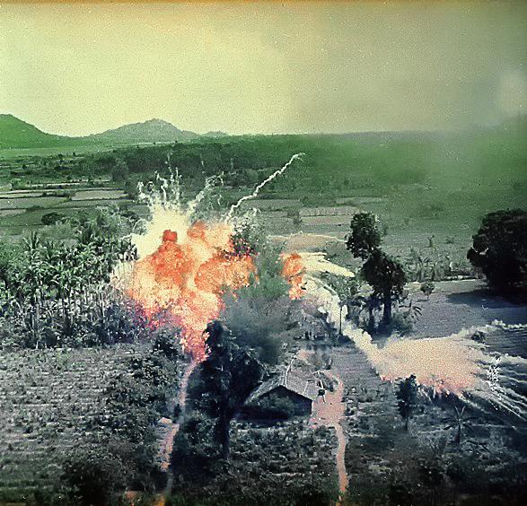 南ベトナム解放戦線の拠点へ投下されたナパーム弾