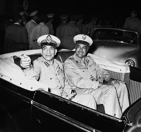 クーデターの首謀者、ムハンマド・ナギーブ(左)とガマール・アブドゥン=ナーセル(右)