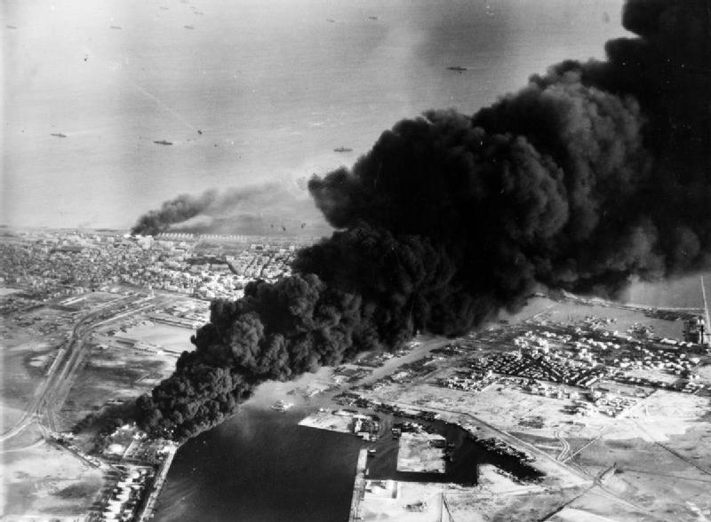 スエズ紛争初期の英仏軍による攻撃で煙を上げるポートサイドの石油タンク(1956年11月5日)