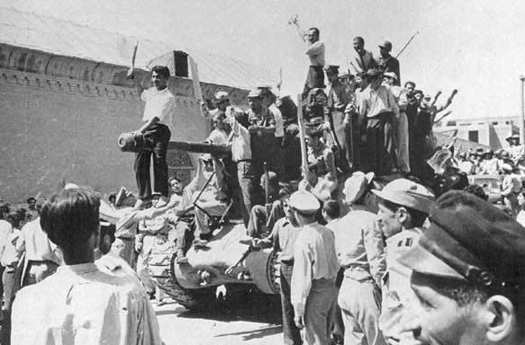 勝利を祝うクーデター支持者たち(1953年)