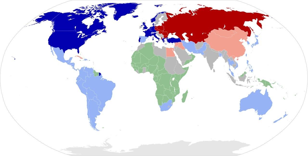 1959年の世界の様子 ワインレッド = ワルシャワ条約((WT)加盟国 朱色 = ソ連の他の同盟国(東側諸国)青紺色 = 北大西洋条約((NATO)加盟国 空色 = アメリカの他の同盟国(西側諸国) 緑 = 植民地 灰色 = 非同盟諸国