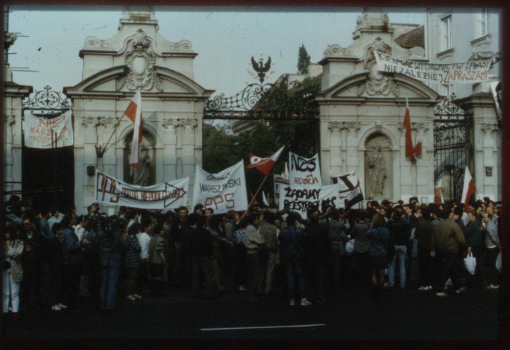 ワルシャワ大学前での「連帯」運動 1988年
