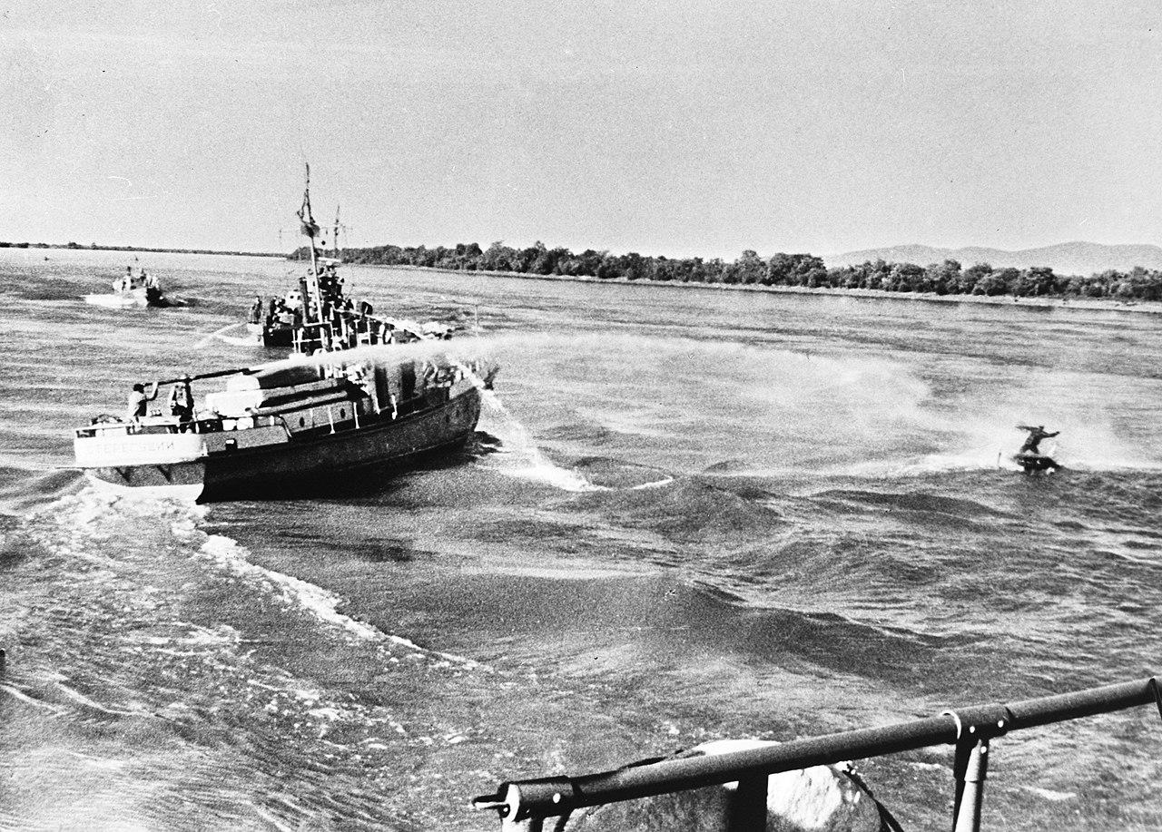 1969年5月6日にウスリー川で中国の漁師に対して放水砲を使用したソビエト船