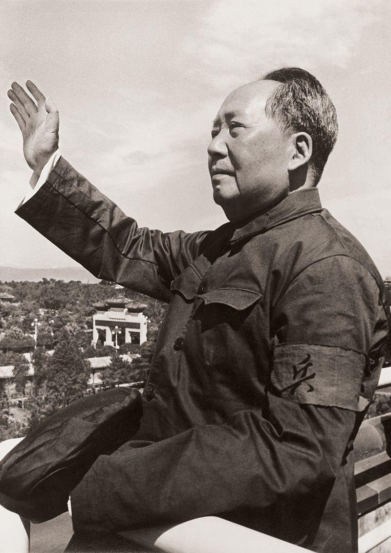 紅衛兵の歓呼に答礼する毛沢東(1966年8月18日)