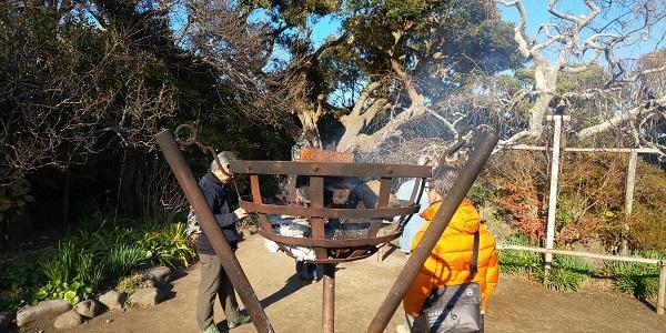 宝戒寺境内の焚火
