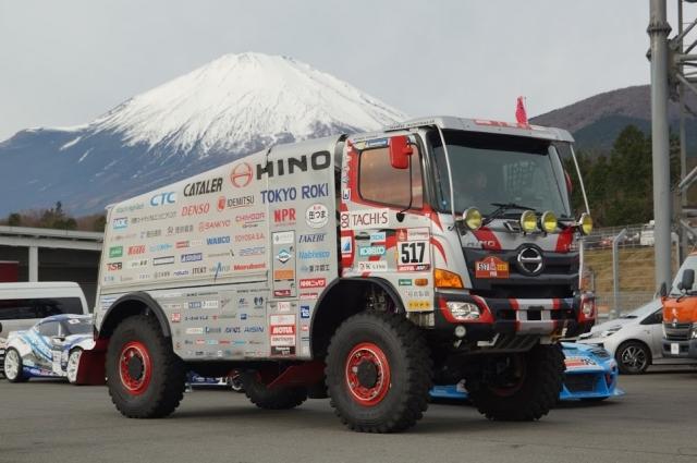 ダカールラリー用の日野レンジャー 富士山を前に