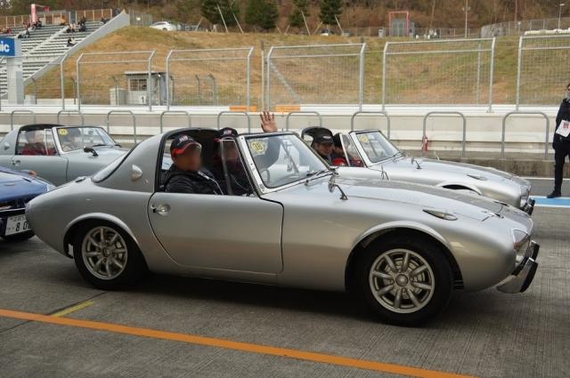 コースインする直前のトヨタスポーツ800