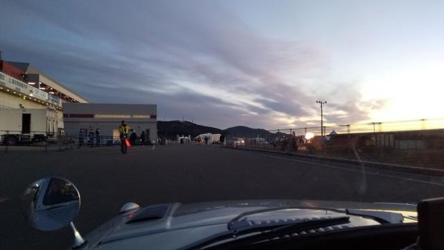夜明け前のFSWを行くトヨタスポーツ800