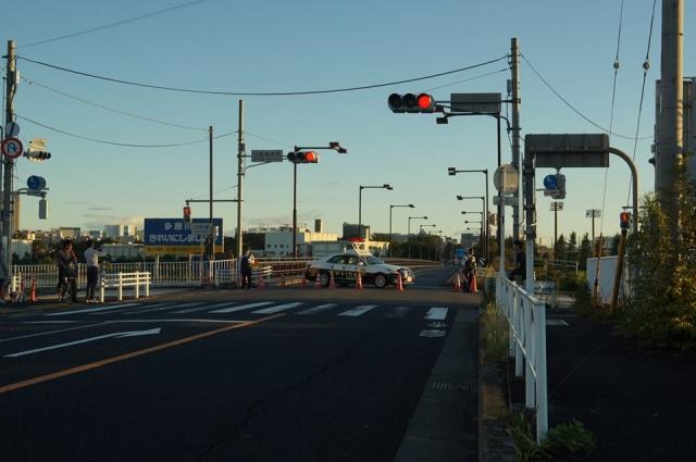 日野橋封鎖されました。日野橋南詰にて