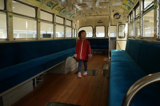 ボンネットバスの車内にて