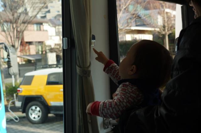世界初ハイブリッドバスの降車ボタンを押す息子