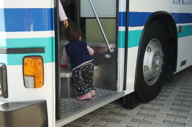 バスによじ登る息子
