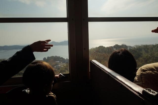 三河湾を見下ろす丘を行く軽便鉄道のような愛知こどもの国のSL